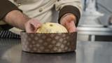 preparazione dell'impasto del panettone in una pasticceria artigianale - 154626835