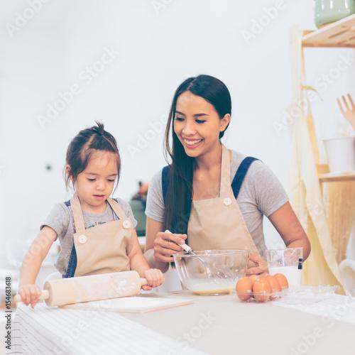 Fotobehang Koken Happy family in the kitchen.