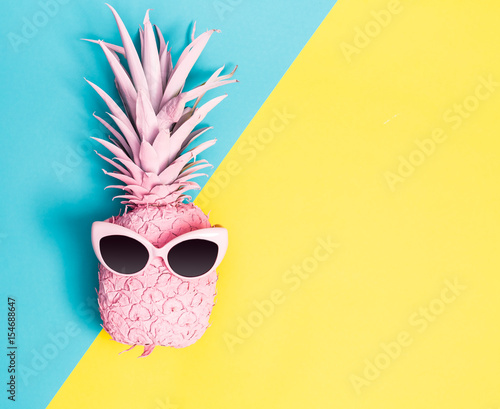 Painted pineapple with sunglasses - 154688647