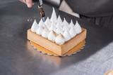 preparazione di un dolce artigianale in pasticceria - 154698697