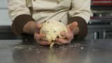 preparazione dell'impasto del panettone in una pasticceria artigianale - 154716056