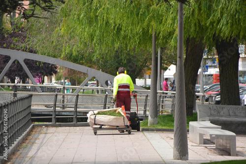 jardinero trabajando en un parque público Poster