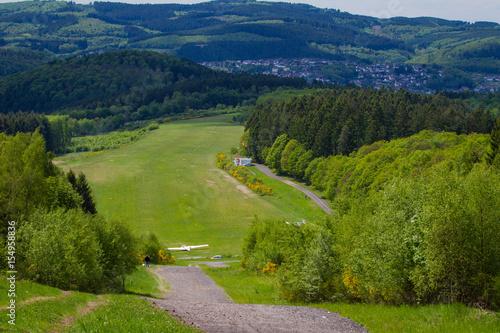 Flugplatz in idyllischer Landschaft Poster