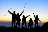 aktif yürüyüş grubu ve başarılı insanlar - 155014680