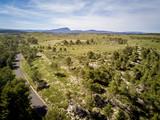 vue aérienne sur la campagne du sud de la France avec une montagne en arrière plan
