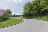 Kurve am Waldrand auf Strasse- strassenverlauf