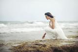 mujer pensativa en la playa