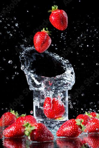 szklanka-wody-i-truskawek-plusk