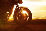 Motocykl przejeżdża na drogach przybrzeżnych