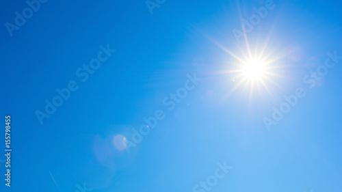Sommer Hintergrund - blauer Himmel mit Sonne