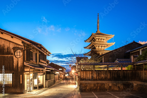 Staande foto Kyoto Yasaka Pagoda and Kyoto ancient street at night in Kyoto, Japan
