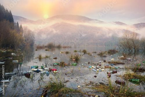 Foto Murales Bottles in the reservoir mountain