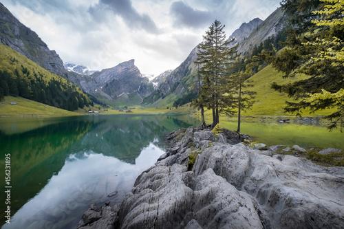 Foto op Aluminium Bergen Seealpsee unterhalb der Ebenalp