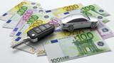 Autoschlüssel mit Anhänger auf Euroscheinen