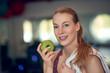 Frau hält frischen grünen Apfel