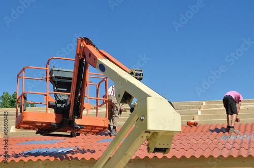 Poster nacelle et toiture d'un hangar en cours de construction
