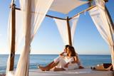 Fototapety couple sur un lit de plage se relaxant
