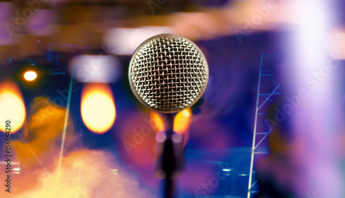 microfono-y-luces-del-escenario-concepto-de-concierto-y-musica-fondo-de-musica-en-vivo-microfono-y-luces-del-escenario