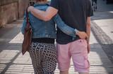 couple enlacés marchant bras dessus dessus en ville