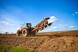 Tracteur au champ en France - 157077067