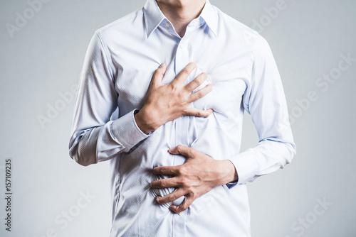 胸を押さえる男性,病気