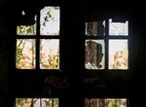 Schattenrisse von verfallenem Fenster in Ruine