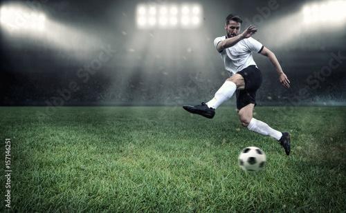 Aluminium Voetbal Fußballer beim Torschießen