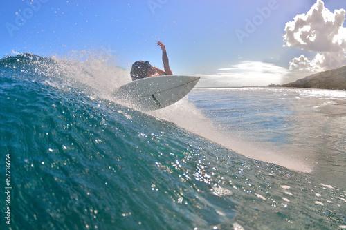 Moorea - Un surfer sur une vague est en pleine manoeuvre. Poster