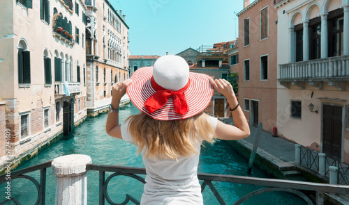 Spoed canvasdoek 2cm dik Venetie Venezia, donna con cappello sul ponte e canale, italia