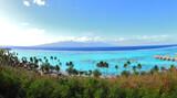 Moorea - temae (Polynésie Française) : le lagon de mooera avec au fond tahiti