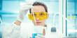 Donna in laboratorio ricerca o analisi, chimica e scienza