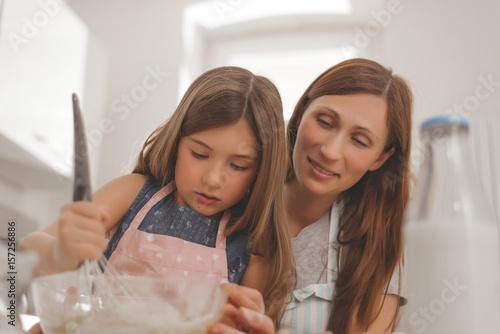 kind mit mama backen kuchen für papa Poster
