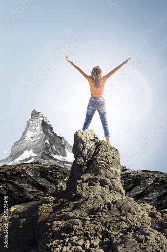 Poster Frau auf Gipfel mit Matterhorn