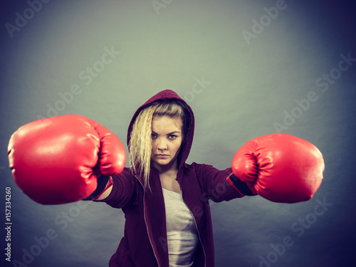 Póster Woman wearing boxing gloves