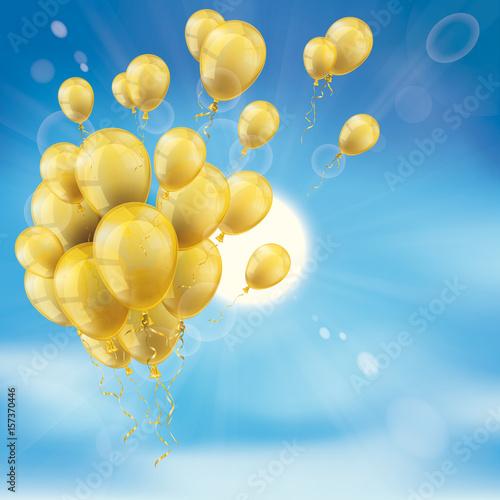 Goldene Luftballons vor einem blauen Himmel