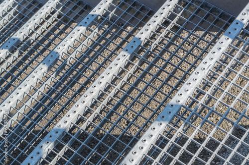 Verzinkte Treppenstufen mit Gitter