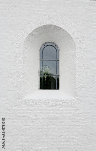 Poster Arched latticed window in a white church wall
