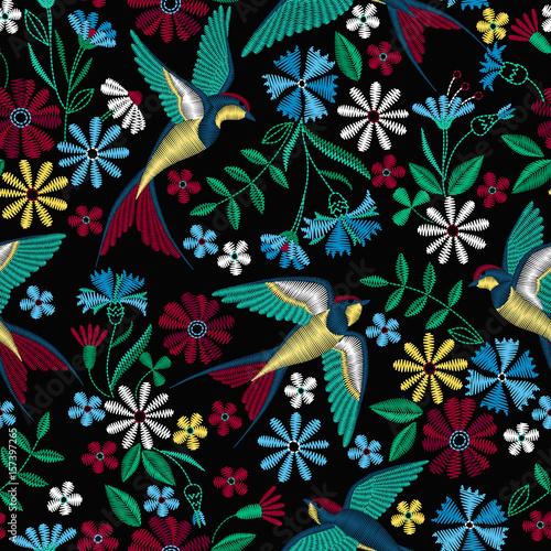Materiał do szycia Haft wzór z Połykanie ptaków i piękne kwiaty. Wektor haft włókienniczych moda i tkaniny.