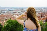 Mujer rubia, joven contemplando el horizonte de Madrid, España