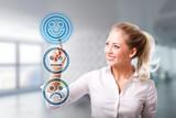 Blondine wählt freudigen Smiley vor modernem Bürohintergrund