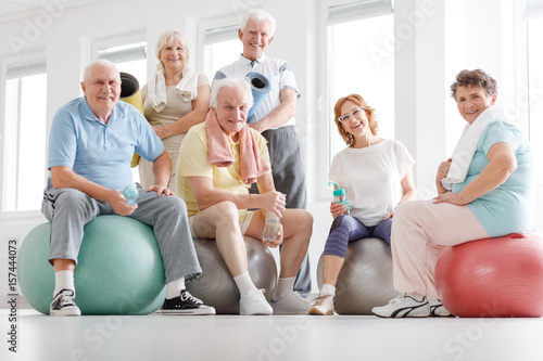 Fotobehang Fitness Senior fitness team