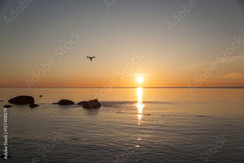 Drohne am Himmel vor Sonnenaufgang