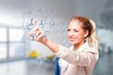 junge Frau wählt eine Person aus einem Netzwerk per Touchscreen aus