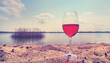 Quadro Rotwein im Glas am Strand