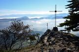 Gipfelkreuz über Nebelschwaden