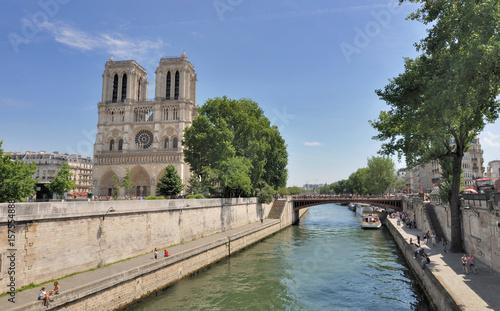 Notre Dame de Paris en bord de Seine