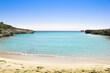 Playa desierta cala azul turquesa en Menorca islas baleares mediterráneo