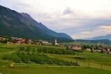 Felder mit Dorf in Österreich