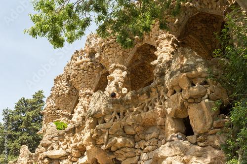 Bancs et voûte en pierres au parc Güell Poster