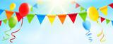 Bunte Girlanden und Luftballons vor sonnigem Himmel - 157912826